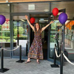 Foto van mij bij de ingang van het Liemers collega waar ik de leraren welkom heet.
